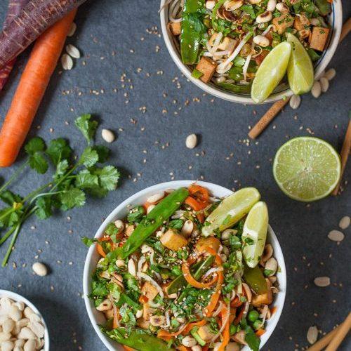 Gesundes Pad Thai mit Gemüsenudeln