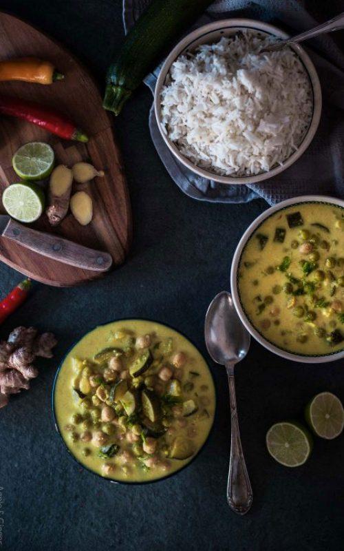Grünes Zucchini Erbsen Curry mit Kichererbsen