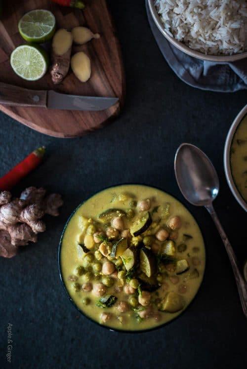 Curry Gericht mit Gemüse und Reis auf dunklem Untergrund