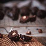 Schokoladenpralinen mit Haselnüssen gefüllt auf einem Gitter