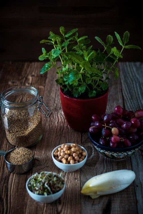 Bulgur, Weintrauben, Chicorée und Kichererbsen mit Minze auf einem Holzuntergrund