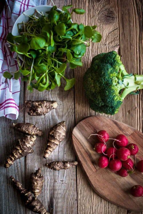Verschiedenes Gemüse auf einem Holzbrett