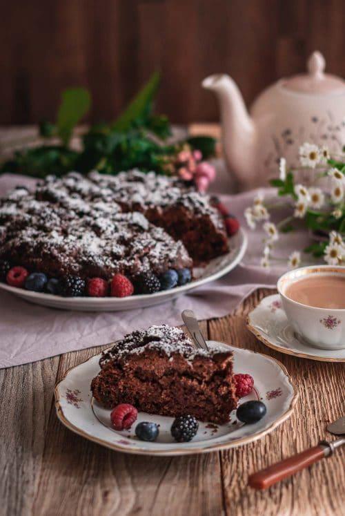 Schokoladenkuchen mit Beeren auf einem Teller