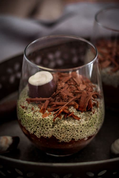 Chia Pudding Dessert in einem Glas mti Schokolade und Matcha
