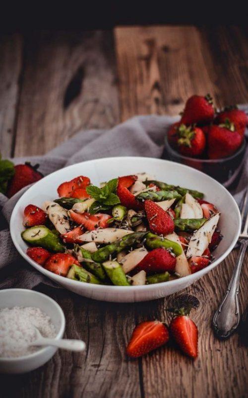 Sommerlicher Erdbeer-Spargel-Salat gegen zu viel Pitta
