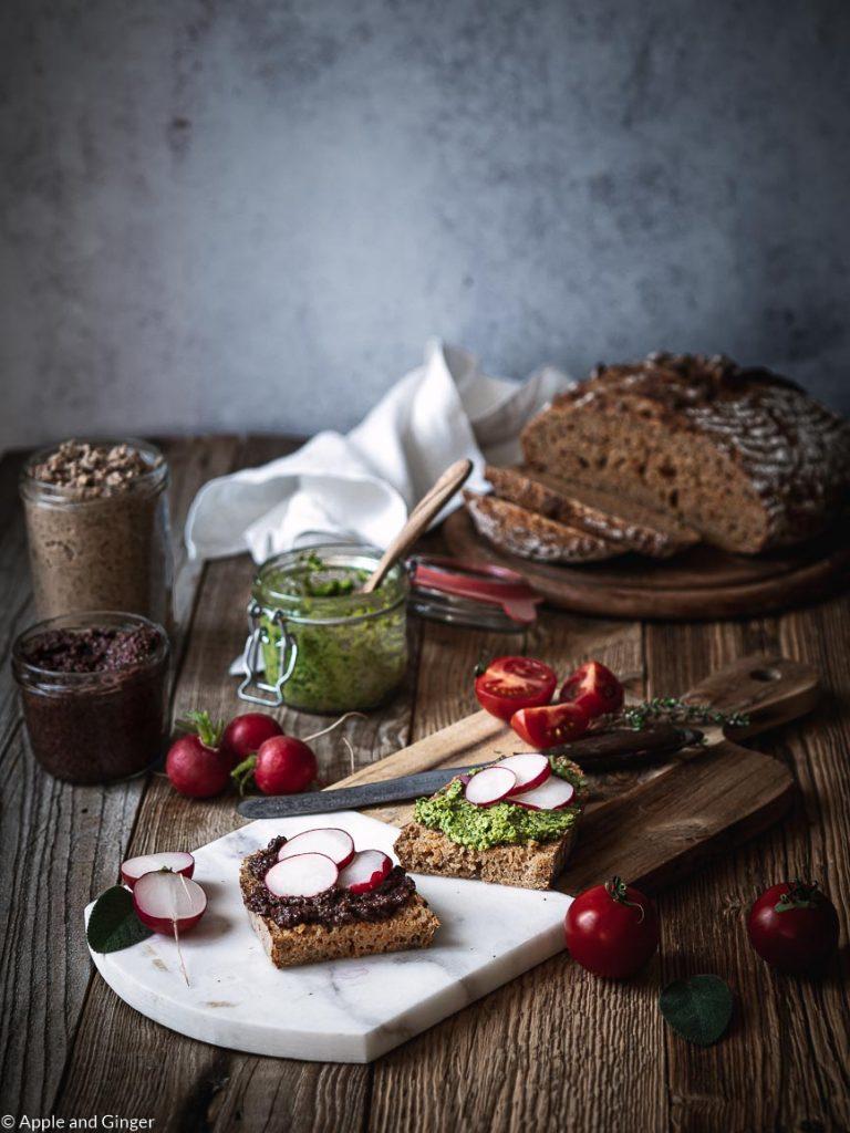 Gedeckter Tisch mit Brotzeit