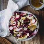 Radicchio-Chicorée-Salat auf einem Teller