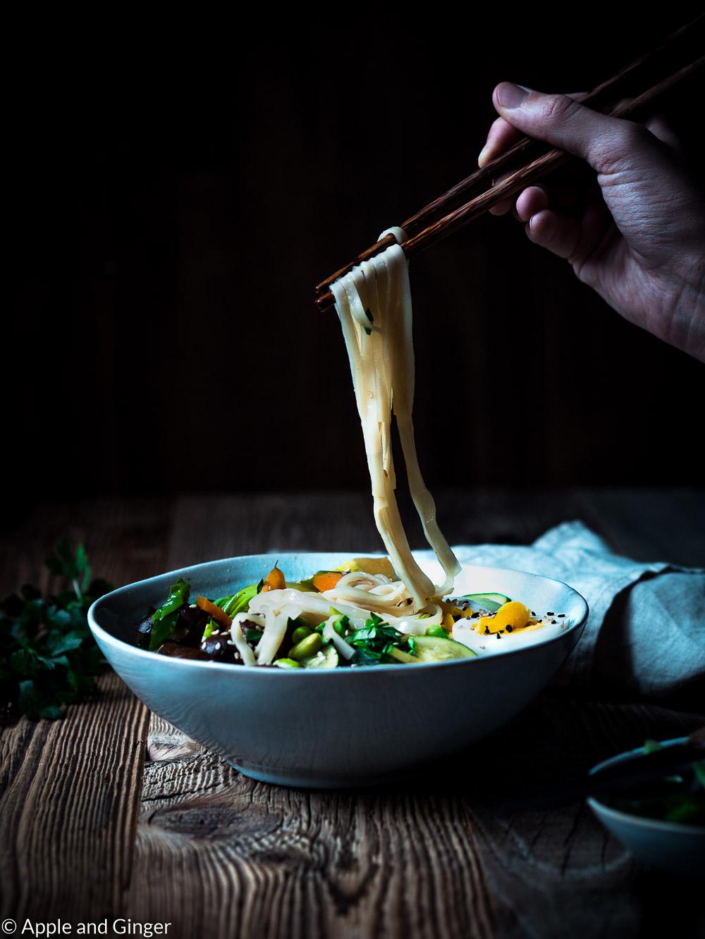 Miso-Ramen-Suppe wird mit Stäbchen gegessen