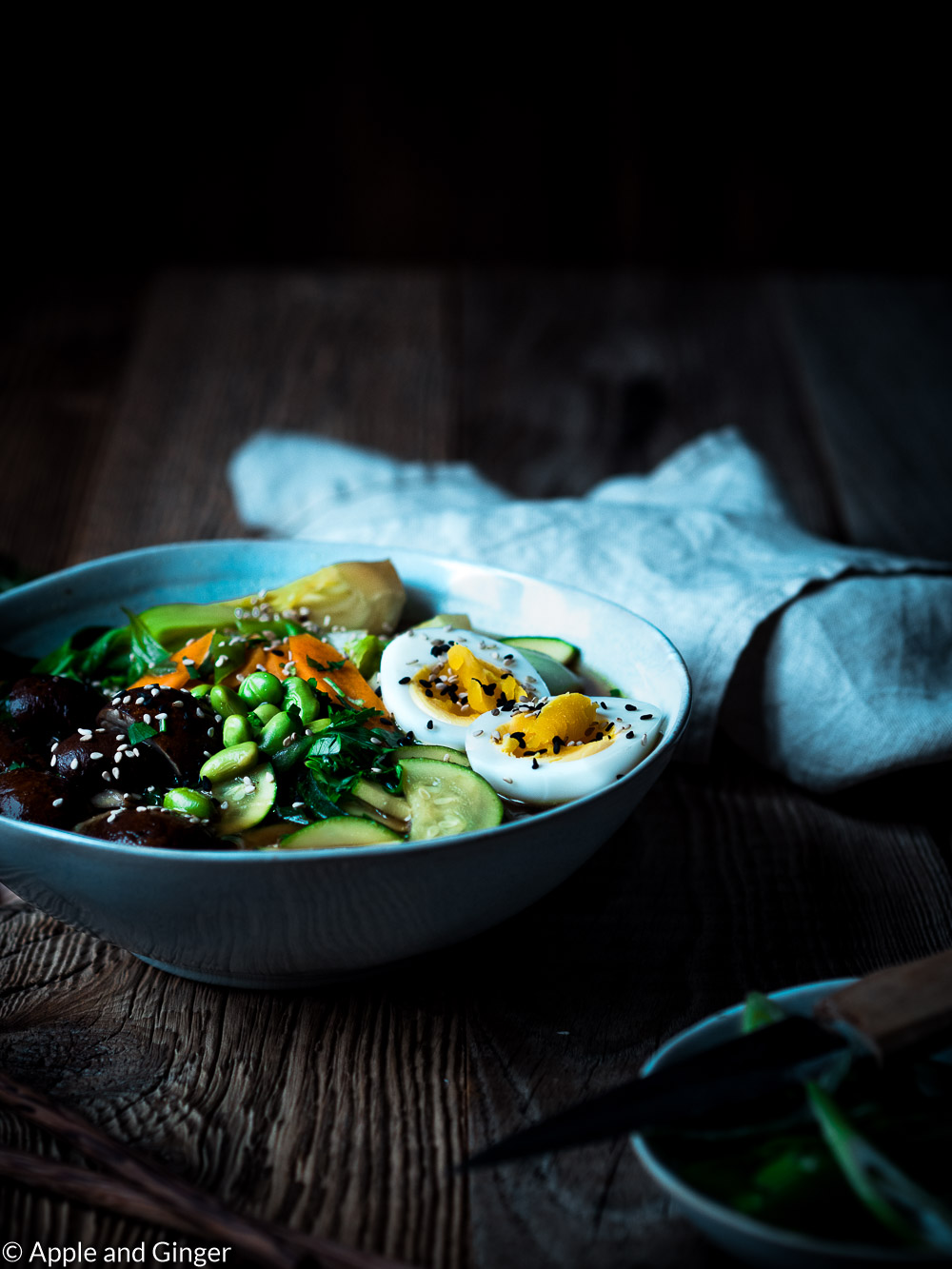 Miso-Ramen-Suppe auf einem Tisch
