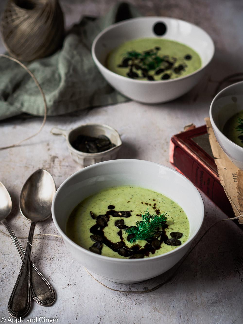 Drei Schüsseln Suppe auf einem TIsch