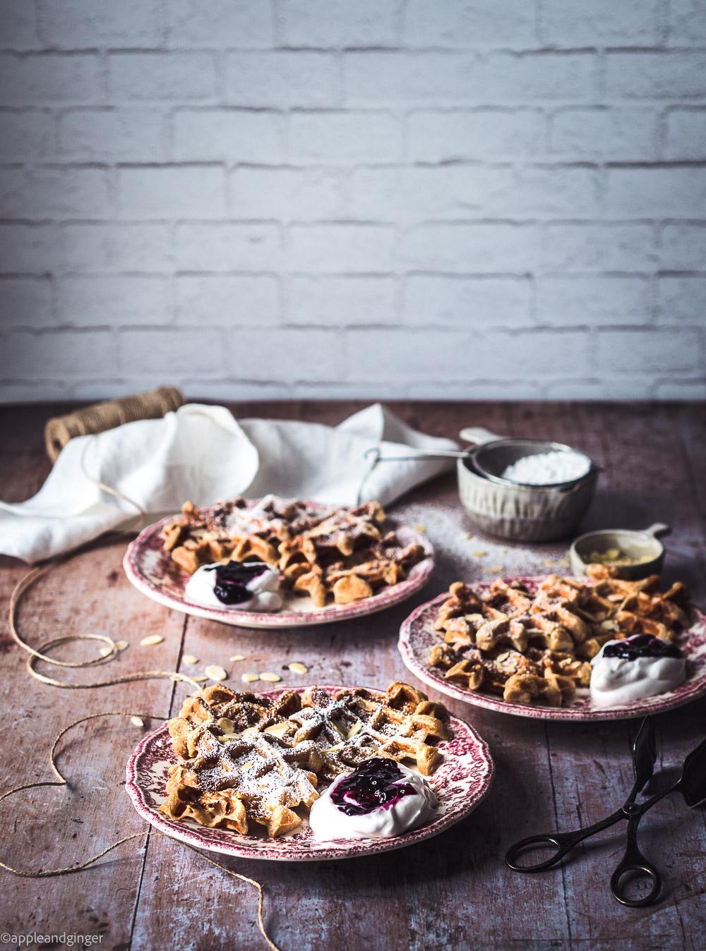 Drei Teller mit WAffeln auf einem Holztisch