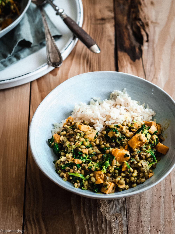 Mungbohnen-Curry mit Süßkartoffel und Spinat
