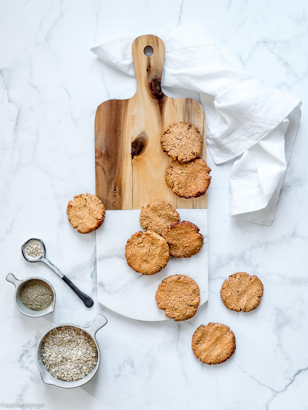 Kekse auf einem Holzbrett