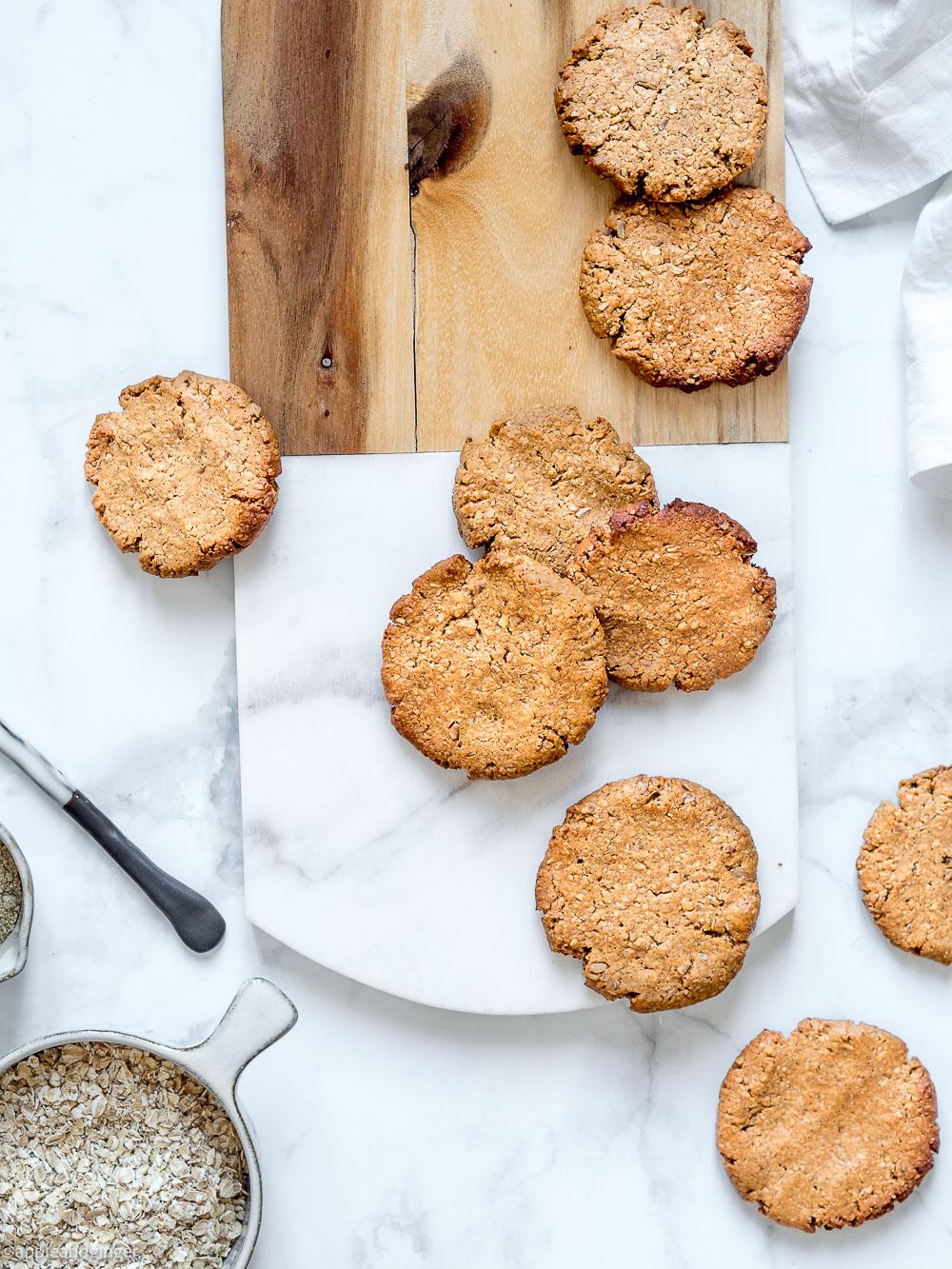 Erdnussbutter Kekse auf einem Holzbrett