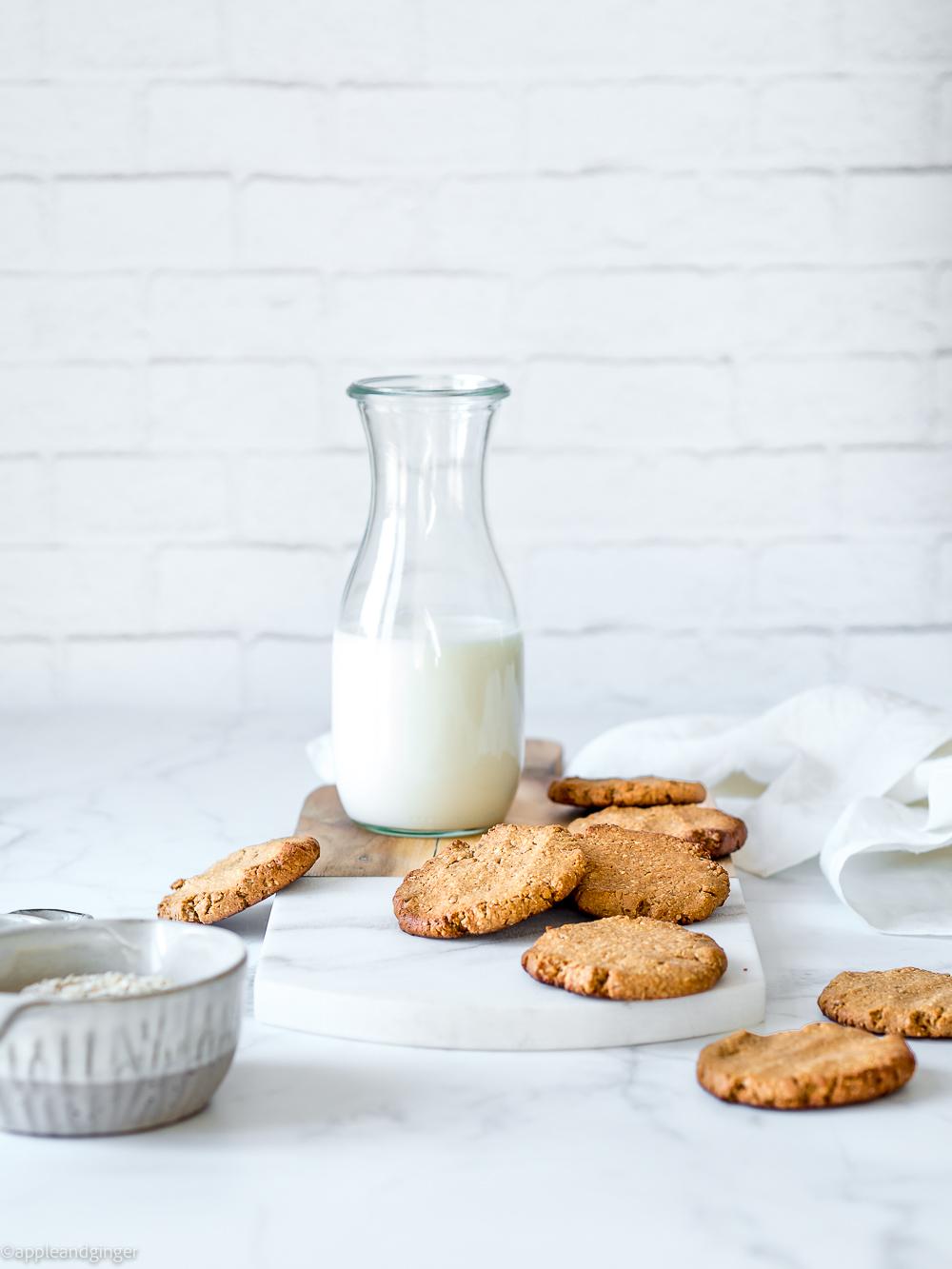 Kekse mit einer Flasche Milch