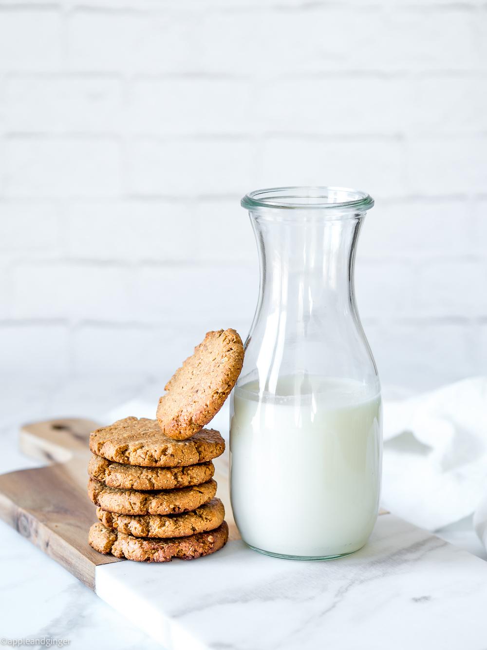 Erdnussbutter-Cookies mit einer Flasche Milch