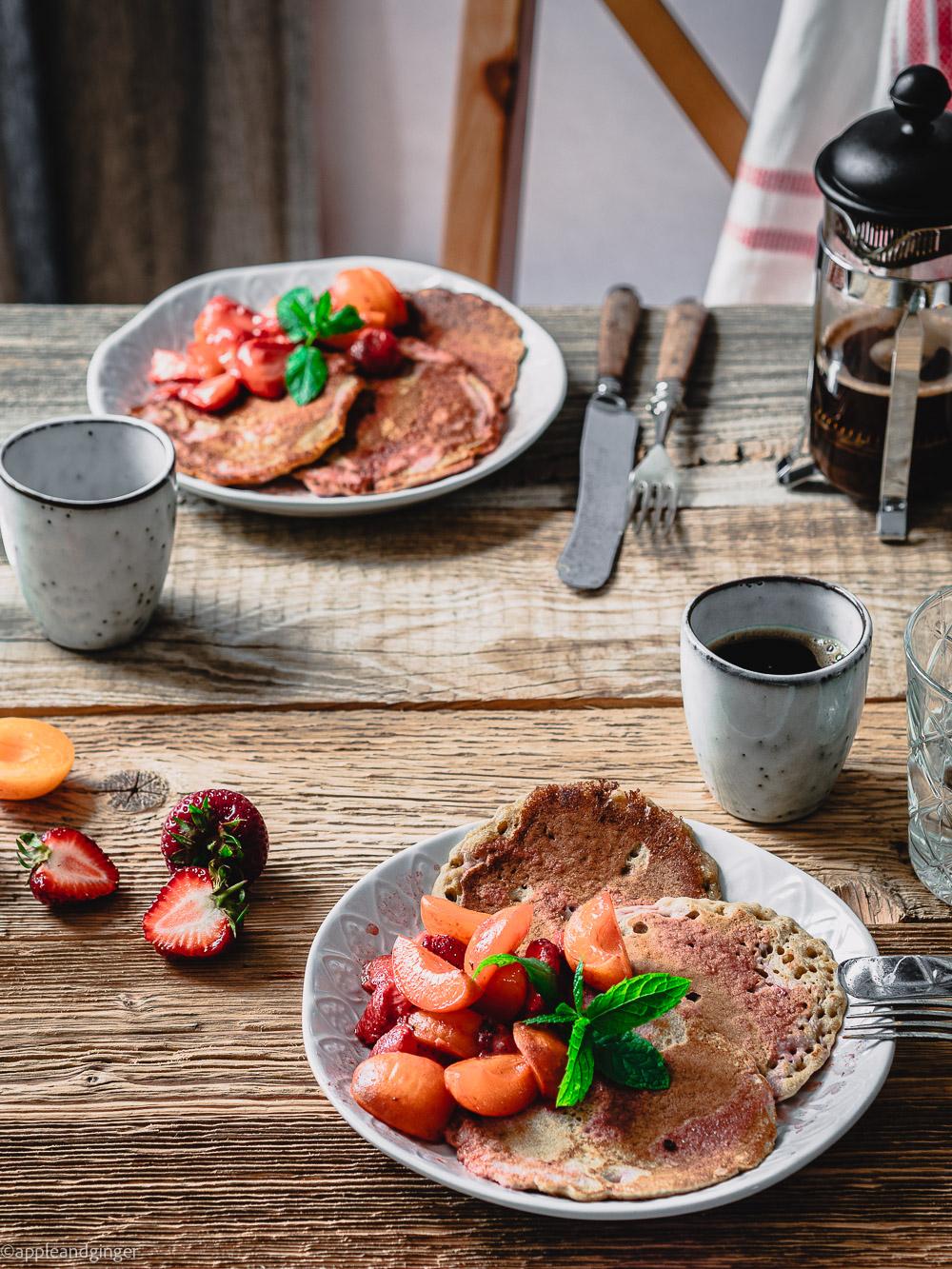 Sauerteig-Pancakes mit Kompott auf einem Frühstückstisch