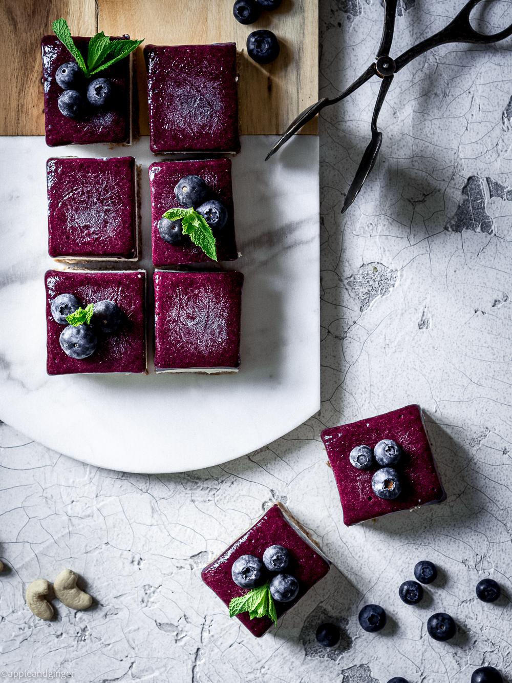 Kokos-Heidelbeer-Raw-Cake in Nahaufnahme